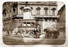 """: Piazza di San Pantaleo – Un """"Omnibus"""" a cavalli della S.R.T.O. (Società Romana Tramways Omnibus) transita davanti a Palazzo Braschi Anno: 1898"""