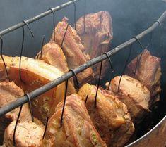 Afumături - tehnici de preparare Charcuterie, Romania Food, My Recipes, Cooking Recipes, Cornbread Muffins, Smoking Meat, Cata, Preserving Food, Diy Kitchen