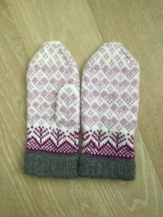 Today we have these amazing mittens for you. The pattern we found in Jorid's Pattern Shop! Free Knitting, Knitting Patterns, Winter Wear, Mittens, Free Pattern, What To Wear, Socks, Autumn, Warm