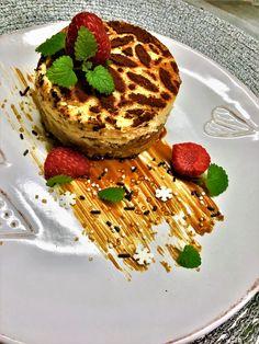 with caramel sauce Apple Cheesecake, Tiramisu, Caramel, Pancakes, Sweets, Breakfast, Ethnic Recipes, Food, Sticky Toffee