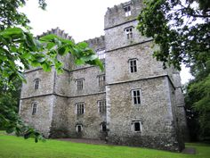 Kanturk Castle 1601 built by MacDonagh McCarthy in defense against English settlers, NW Co Cork Abandoned Mansions, Abandoned Buildings, Abandoned Places, Architecture Ireland, Scottish English, Irish Roots, County Cork, Castle Ruins, Interesting Buildings