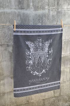 An extra large damask cloth produced on a special Jacquard loom whereby the crest design is woven into the fabric.  Manufactured in South Africa on a Jacquard loom Made from 100% cotton Size: 65cm x 85cm Designed by and exclusive to Masquerade