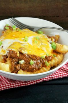 Slow Cooker Chili Con Carne Cheese Fries Leftover Chili Recipes, Slow Cooker Appetizers, Chili Cheese Fries, Cheese Dip Recipes, Slow Cooker Chili, Fries Recipe, Food Charts, Veggie Tray, Easy Meals