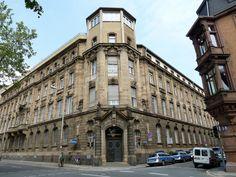 Das Mannheimer Polizeipräsidium in den L-Quadraten. Lamottes Büro befindet sich im zweiten Stock über dem Haupteingang mit Blick auf die belebte Bismarckstraße.