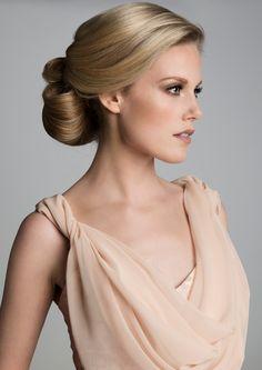 Klassiek kapsel voor de bruid. Blond haar opgestoken. Whoopskappers
