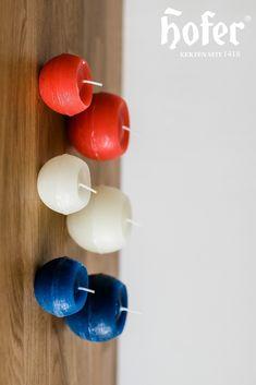 Kerzen spenden nicht nur Wärme! Sie sind auch ein richtig tolles Dekoobjekt. Dank der vielen bunten Farben können Kerzen zu Möbeln, Deko oder Wandfarben kombiniert werden. Kugel, Make A Donation, Candles, Dekoration, Nice Asses