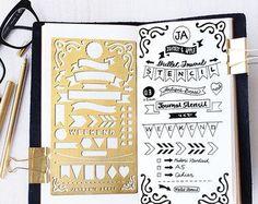 Spazzolato dello stampino di metallo in ottone per il progettista o linserimento nel journal.  Materiale:---0.3mm ottone  Dimensioni:---4 x 7  Si inserisce: Quaderno del Midori regolare viaggiatore A5/Taccuino dellorganizzatore  SPEDIZIONI INTERNAZIONALI: * Posta aerea con rilevamento * Termine di consegna: circa 7-21 giorni * Combinare spedizione: si prega di aggiungere gli articoli al tuo carrello per verificare il costo di spedizione.