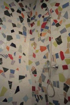 Detalle de la ducha de trencadís en Casa Rural del Horno, Castellón