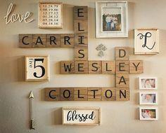 Parete decorata con scritte, numeri e portafoto in legno