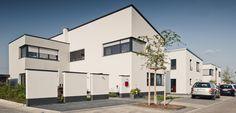 Qualität setzt sich durch – eine der architektonisch anspruchsvollsten Kombinationen im Quartier mit 110 Bauplätzen. © C. Pforr Modern, Garage Doors, Mansions, House Styles, Outdoor Decor, Home Decor, Detached House, Real Estate, Mansion Houses