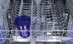 Elle dépose un verre dans le panier supérieur du lave-vaisselle. Ce qu'elle fait ensuite est un exemple à suivre!