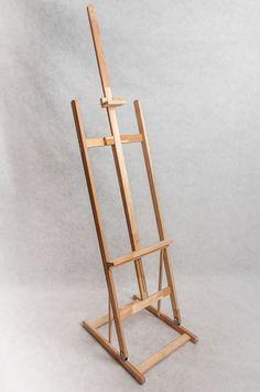 Kráľ medzi stojanmi. Extra pevná a stabilná konštrukcia z bukového dreva. Vstavaná odkladacia zásuvka. Stupňovité možnosti nastavenia. Ľahká manipulácia a výhodný pomer ceny a kvality.
