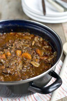 Boeuf Bourguignon met rundvlees, wortel, sjalotjes, wijn, tomatenpuree