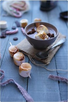 Hot chocolate with cinnamon and caramelized marshmallow Merde, Zut Alors, it's all in French! Better pull out the dictionary. Cheesecakes, Scones, Café Chocolate, Roasting Marshmallows, Holiday Drinks, Yummy Drinks, Sweet Recipes, Sweet Tooth, Sweet Treats