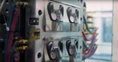Una armata di robot Valve costruisce gli Steam Controller il video