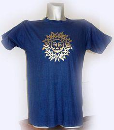 T-shirt con decorazione di sole stilizzato, dorato.