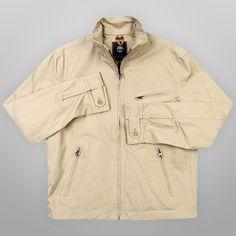 A Jaqueta Timberland Poplin Strantham Bomber além de ser da linha Earthkeepers também tem um tecido especialmente tratado para maior proteção contra umidade ou chuva.