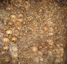 """Las Catacumbas de París (en francés Les Catacombes) es uno de los cementerios más famosos de París, Francia.Consiste en una red de túneles y cuartos subterráneos localizados en lo que, durante la era romana, fuesen minas de piedra caliza. Las minas fueron convertidas en un cementerio común a finales del siglo XVIII.      Imagen de las catacumbas.  Su nombre oficial es """"Les carrières de Paris"""", en francés, pero son ampliamente conocidas como """"las catacumbas""""."""