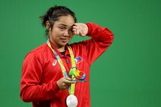 Filipino weightlifter Hidilyn Diaz handed the Philippines its first medal in the 2016 Rio Olympic Games early morning on Monday, Manila time.