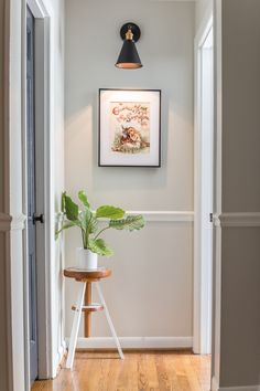 A global designer-inspired DIY plant stand made from a thrifted piano stool using just spray paint and a doily for a quick and easy makeover. Hallway Art, Upstairs Hallway, Hallway Ideas, Hallway Designs, Entry Hallway, Entryway Ideas, Entrance Hall, Bathroom Makeovers On A Budget, Budget Bathroom