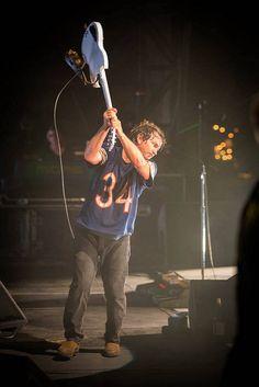 Eddie breaking Vedder