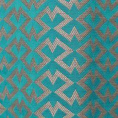 Un petit dessin géométrique à répétition sur fond de satin. Elégant contraste entre le fond lisse et le relief du fil de lin.