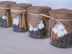 Smores-in-a-jar.chocolate chips/chocolate candy bar pieces, marshmallows, graham crackers covered with waxed brown kraft & tied with raffia (trail mix recipes smores) Jar Gifts, Food Gifts, Gift Jars, Cookie Gifts, Mint Chocolate, Chocolate Chips, Smores Kits, Chocolate Wedding Favors, Smore Wedding Favors