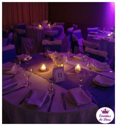 Mesa lista para recibir a los invitados. #Flores #Velas #Numeral #Sitiodemesa #Organización #Eventos #Fiestas #Bodas #Quinces #Cumpleaños #EventosdeDiva #CelebremosJuntos