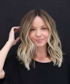 New Featured Medium Hairstyle Ideas for Women That Will Brighten Your Day Bangs With Medium Hair, Medium Hair Cuts, Medium Hair Styles, Loose Curls Medium Length Hair, Mid Length Blonde Hair, Medium Length Waves, Shoulder Length Hair Blonde, Fine Hair Cuts, Medium Cut