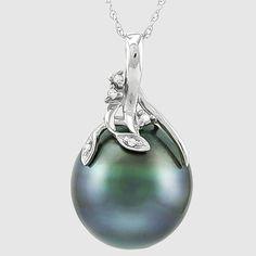 14K Pendant set met 135 x 140 mm echte Tahitian Pearl en 5 diamanten ongeveer 0025 ct in totaal - geen minimumverkoopprijs  Parel Type: De echte Tahitiaanse PearlParel kleur: groenachtig zwart met mooie glansPearl maat: 13.5 x 14 mmVorm van de parel: ovaal(Natuurlijke parel komt met lichte pits)Diamant in details:5 stuks ronde cut Diamond ongeveer 0025 ct in totaalDiamant kleur: J - KDiamant helderheid: I1-I2Hanger metaal:14KT witgoudHallmark: 14KHanger gewicht: 4.45 gramKeten: 18 inch 14K…