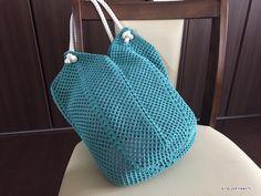 方眼編みで編む簡単バッグの編み図が書けました!ロープを持ち手にして、夏らしい雰囲気のバッグにしてみました。実際に持つと、こんな感じ↑ちょっと思ったよりもサイズが大きくなってしまいましたが、簡単にサイズ変更できますので、お