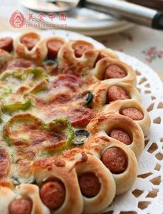 Tutorial para hacer pizza con la orilla rellena de salchichas.