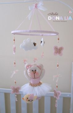 Early mobiles did not necessarily move, as do most crib mobiles today. The modern crib mobile is… Baby Shawer, Baby Kind, Baby Toys, Baby Crafts, Felt Crafts, Diy And Crafts, Baby Mobile Felt, Baby Crib Mobile, Luxury Nursery