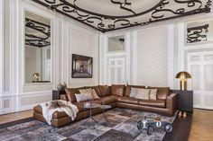 """il """"mobile"""" dietro al divano che separa e valorizza il salotto in un abbraccio - il tappeto parchwork  nei colori neutri - i dettagli giocosi che sdrammatizzano e fanno """"casa"""""""