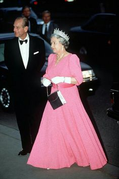 The Queen, in a bright pink gown, and Prince Philip attend a formal banquet, Credit: Tim Graham, Getty Images Hm The Queen, Her Majesty The Queen, Save The Queen, King Queen, Prinz Philip, Prinz Charles, Prinz William, Elizabeth Queen Of England, Princess Elizabeth