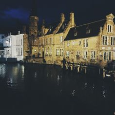 Bruges at night. Photo courtesy of thewomanwholovestosee on Instagram.
