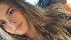 On vous présente les 10 choses à savoir sur Juste Zoé, cette youtubeuse de 15 ans suivie par plein de followers fidèles, qu'on trouve très touchante. Rose Carpet, Juste Zoe, Insta Snap, Youtubers, Lips, Long Hair Styles, People, Beauty, Selfies