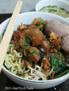 mie ayam jamur dengan bakso yang sangat mudah dibuat dan sedap Asian Recipes, Healthy Recipes, Ethnic Recipes, Yummy Recipes, Indonesian Cuisine, Indonesian Recipes, Indonesian Food Traditional, My Favorite Food, Favorite Recipes