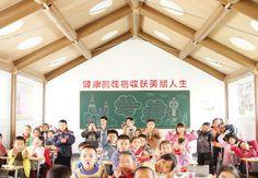 Edificación temporal para una escuela, con estructura en tubos de cartón en muros y techo,en Haulin, Chengdou, China, 2008.