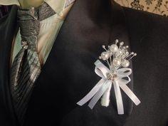 Lapela para noivo em perolas cristais e pestilhos prata com detalhes em cetim branco, acompanha mini broche de strass. R$ 19,90