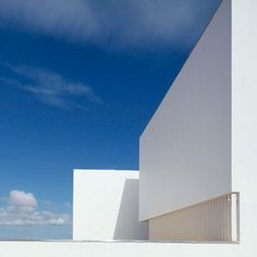 House in Paco de Arcos by Jorge Mealha Arquitecto. But WHY? O.o