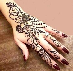 Mehndi henna designs are always searchable by Pakistani women and girls. Women, girls and also kids apply henna on their hands, feet and also on neck to look more gorgeous and traditional. Latest Henna Designs, Simple Arabic Mehndi Designs, Mehndi Designs For Girls, Mehndi Design Images, Beautiful Mehndi Design, Latest Mehndi Designs, Designs Mehndi, Mehndi Simple, Mehndi Images Simple