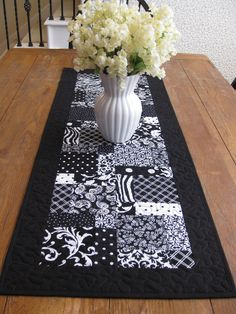 Table Runner Project Ideas, Projects, Small Quilts, Table Toppers, Table Runners, Animal Print Rug, Sewing Ideas, Quilt Patterns, Quilting