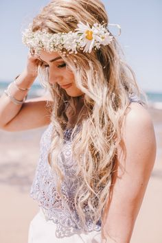 is rocking gorgeous beach waves with a boho flower crown. Pretty Hairstyles, Wedding Hairstyles, Hairstyles Haircuts, Ibiza Look, Beach Wedding Hair, Beach Hair, Summer Wedding, Bridal Hair, Bridal Crown