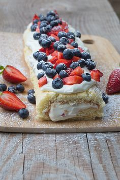 Fruchtige Erdbeer-Blaubeer-Rolle mit Frischkäsefüllung {Fruity Strawberry & Blueberry Cake Roll with Cream Cheese Filling}