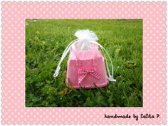 petite robe en mousse (goma ev, foami...) pour contenir les dragées de bâptème, naissance, anniversaire, visible sur http://www.alittlemarket.com/boutique/lalita-39464.html
