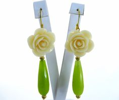 Vanilla carved rose green jade drop earrings Made di Sofiasbijoux, €29.00