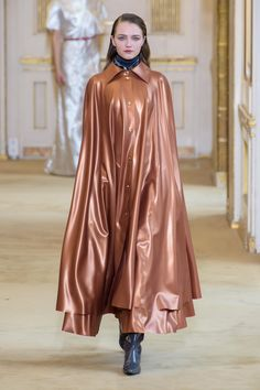 Nina Ricci Runway Fall-Winter Ready-to-Wear Chic Outfits, Fashion Outfits, Style Minimaliste, Yellow Raincoat, Fashion Forecasting, Autumn Fashion 2018, Raincoats For Women, Latex Fashion, Wraps