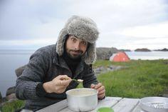 Les Lofoten à vélo: Voyage abordable (Detour Local) -> Chico et sa fameuse soupe de poisson à Stamsund, Lofoten www.detourlocal.com/les-lofoten-a-velo/