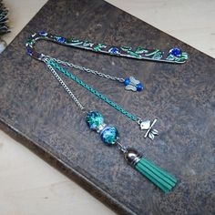 Grand marque-page gravé, oiseau et papillon, vert/bleu Cool Bookmarks, Beaded Bookmarks, Bead Crafts, Jewelry Crafts, Cool Stationary, Tassel Bookmark, Book Markers, Grave, Beads And Wire